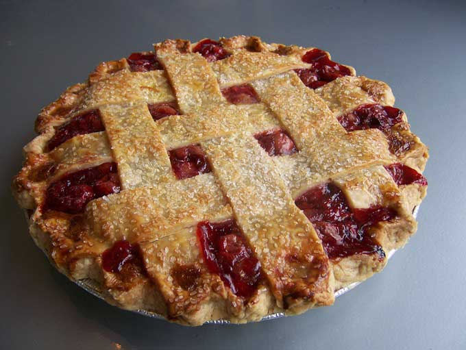 В диетическом вишневом пироге содержится 6% белков, 28% жиров и 66% углеводов, калорийность 1 порции – 194 ккал